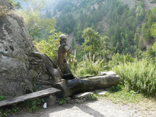 Une fontaine pittoresque-col de la Lombarde
