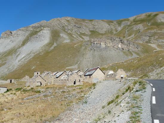 Ancienne caserne militaire dans le col de la Bonette