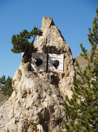 Case déserte dans le col d' Izoard - le monument dédié à Bobet et Coppi