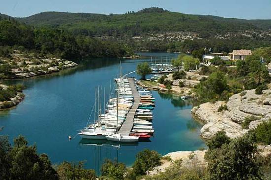 Esparron, le port (photo d'été)