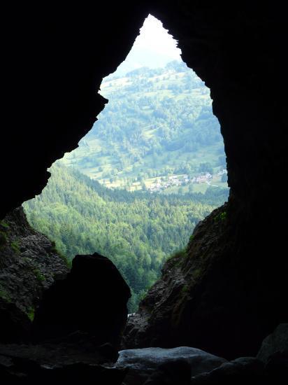 Vue sur l' extérieur de la grotte de St Même