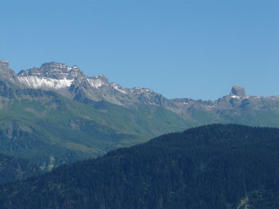 Le massif du Beaufortin et sa célèbre pierra Menta (à droite) vu depuis le col des Saisies