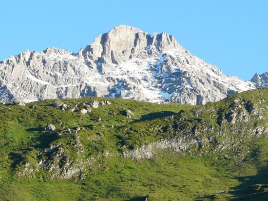 les pics rocheux au dessus du plan de la Laî dans la montée du Cormet de Roselend