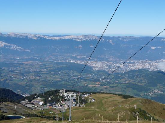 à l' approche des lacs Robert, vue sur la station et Grenoble