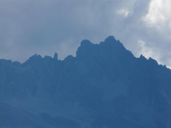 Les crêtes de la croix des Verdons dans un ciel menaçant au dessus de Courchevel