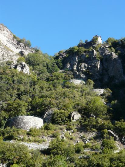 Les lacets successifs de la montée vers Montvernier contenus par des murs ouvragés !