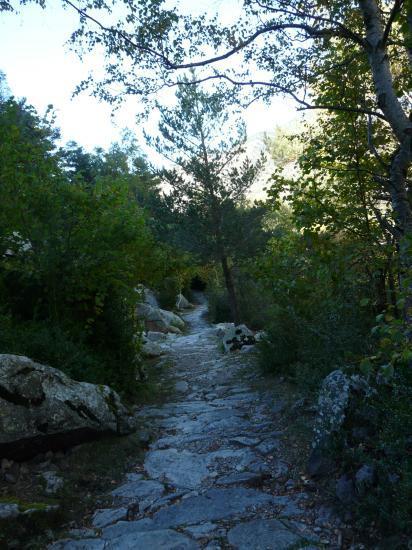 le joli chemin empierré sur le retour de la via du roc d'Esquers