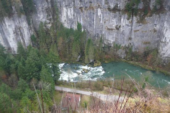 Le Doubs et les falaises Suisses