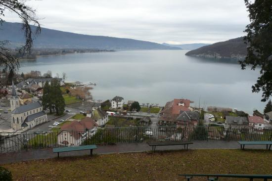 le lac d' Annecy depuis la grotte de Notre Dame du lac à Duingt