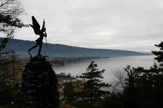 L 'archange st Michel au dessus de la grotte à Duingt