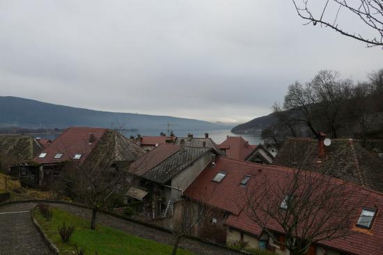 En montant au dessus du village de Duingt