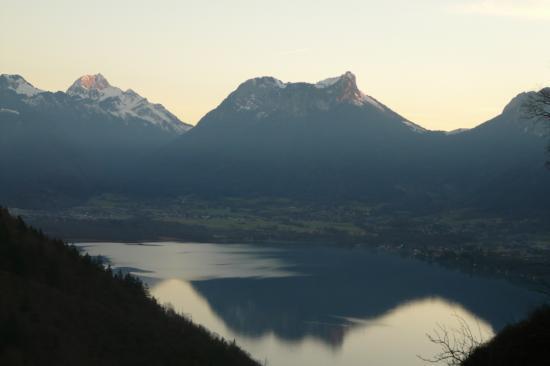 Le massif des Bauges au delà du lac d' Annecy