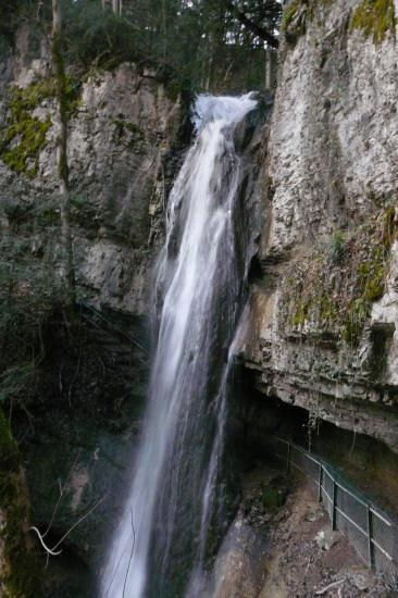 La cascade au dessus du chemin