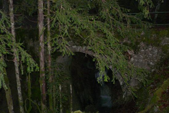 Le pont des fées au dessus d'un des torrent alimentant une des cascades