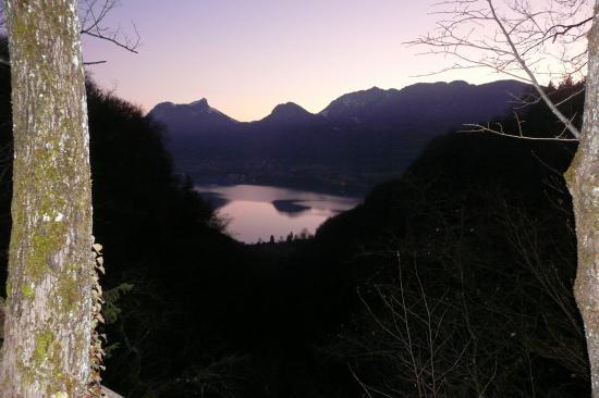 Le lac d' Annecy dans le soleil couchant depuis les cascades