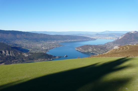 l' aire d' envol en synthétique ... direct vers le lac d' Annecy !