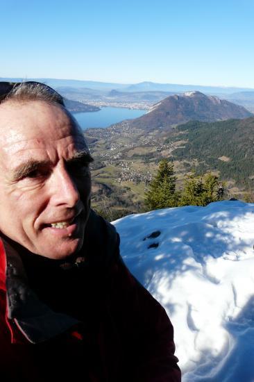 Sur les rochers dominant la Forclaz et le lac d' Annecy