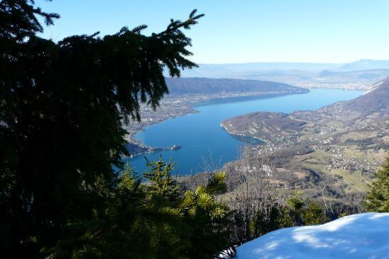 belle vue sur le lac d' Annecy depuis les rochers au dessus de la Forclaz