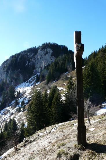 Le rocher de la via ferrata privée depuis le col de l' Aulp
