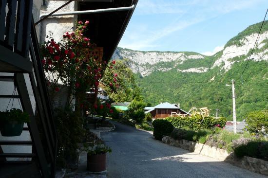 le hameau de la Lovetaz et au fond le site de la cascade et de la grotte de la Doria
