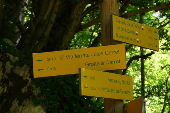 le panneau indicateur d' accès aux vias et à la grotte à Caret