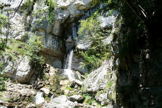 le site de la cascade de la Doria avec la grotte sur la droite de la résurgence