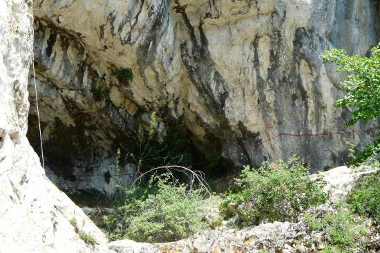 on voit bien la corde rouge qui arrive à la grotte de la Doriaz