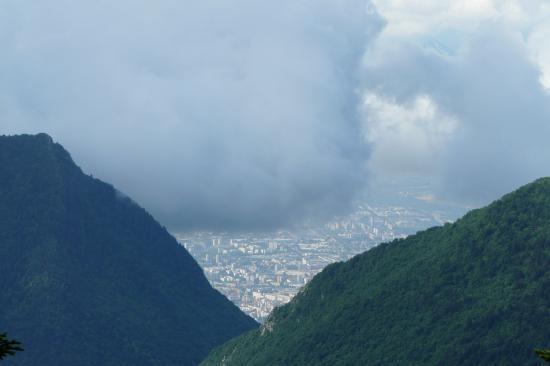 trouée dans les nuages, vue sur l' agglo de Grenoble