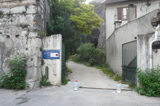 porte d' accès au départ de la via deouis le parking de l' esplanade à greoble