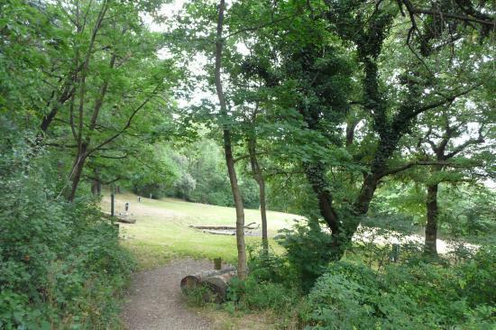 dans le parc de la bastiile, à l' intermédiaire entre les deux vias