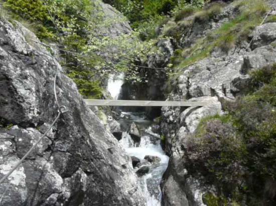 passage au dessus de la cascade