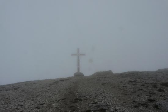 la croix de la dent de Crolles dans le brouillard