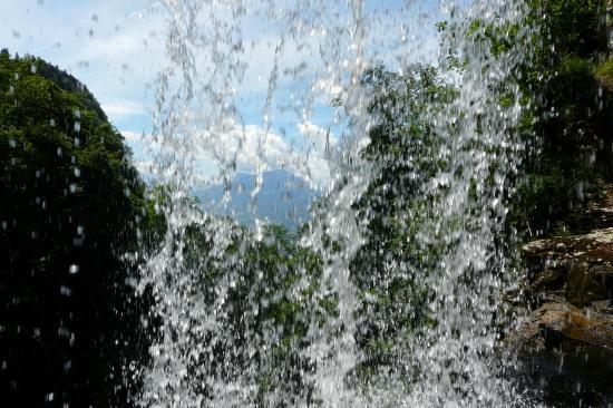 au travers de la cascade, le granier