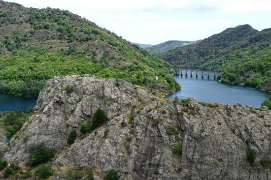 via ferrata du lac de Villefort depuis le chemin du retour (le parcours est côté lac)