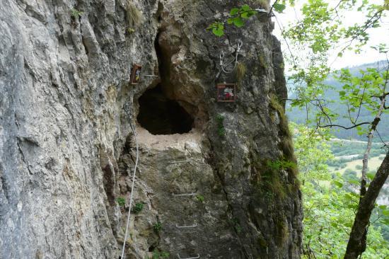 La grotte avant la lucarne dans la via de Mende