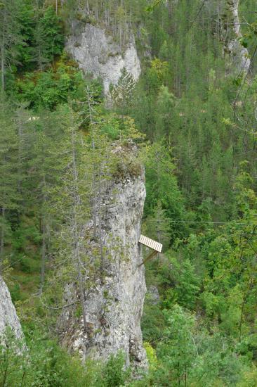 via ferrata de Mende, l' arrivée de la tyrolienne sur l' aiguille rocheuse !