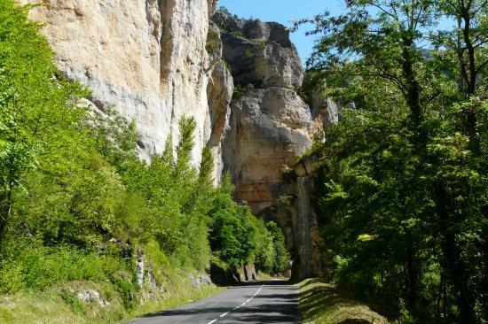 passage sous le rocher(circuit vélo gorges du tarn)