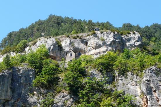 la petite chapelle nichée dans la falaise au dessus de Ste Enimie
