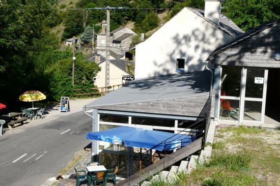 café resto et wc public au dessous du aprking de la via ferrata de Rousses