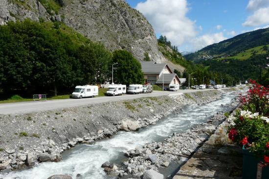 route d' accès au pied de la via de Poingt Ravier