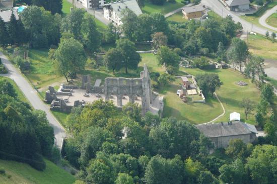 via de St Jean d' Aups - les ruines prés du parking vues du haut de la via