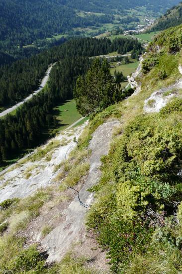 l' ancienne route du col de la Madeleine vue du sommet de la via