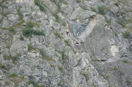 ferratistes dans la première partie de la via de Poingt Ravier à valloire
