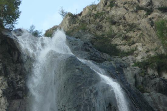 Flots tumultueux au débouché de la cascade de la Pisse