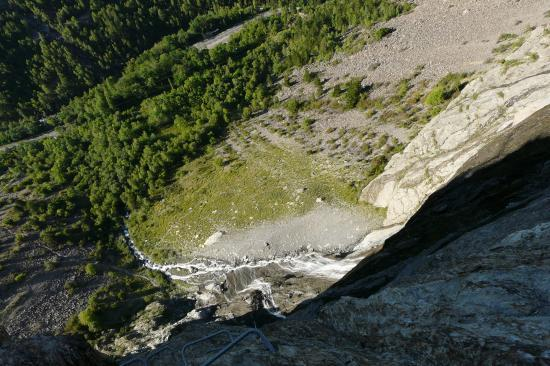 à mi hauteur dans la via, en bas le chemin d' accès à la cascade de la Pisse