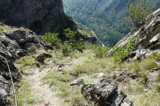 sentier de descente vers la partie cablée (via de la cascade de la Pisse)