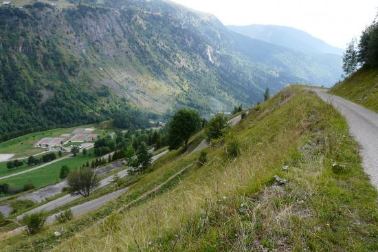 les lacets du col du Sabot au dessus de la zone de loisirs de La Vilette