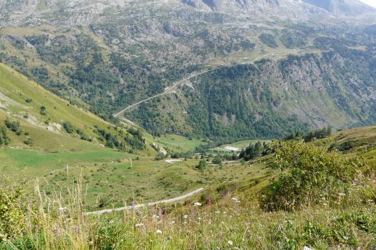 l' autre versant en face du col du Sabot qui mène au téléphérique des grandes Rousses