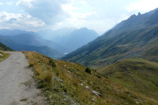 premier km dans la descente du col du Sabot, au fond le lac barage du Verney