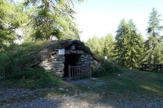 cabanne de berger sur les chemin d'accés des vias ferratas des Orres